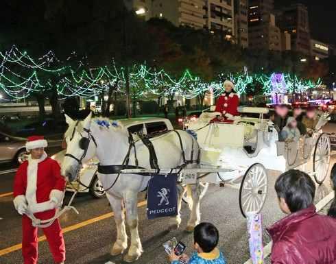 馬車に乗ってイルミネーションを眺める白馬車、広島平和大通りで