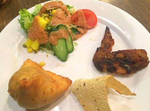 スーリヤセット、サモサやパパドなどインドの伝統料理が並ぶ