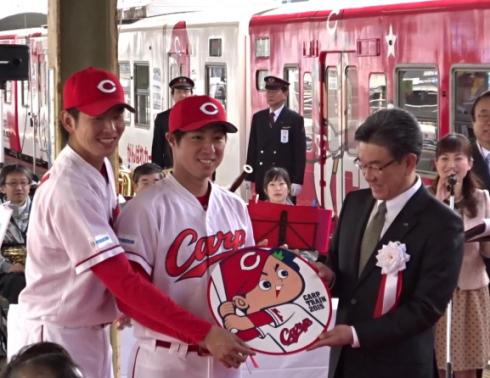 カープ大瀬良・野村選手が車体にサイン!JRカープ電車 記念式典で
