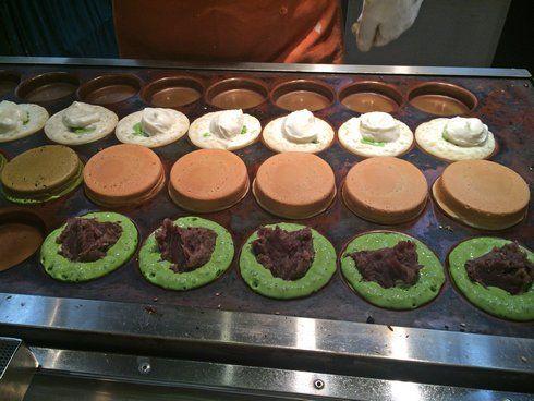 焼かれている 菓匠茶屋の大判焼き(二重焼き)