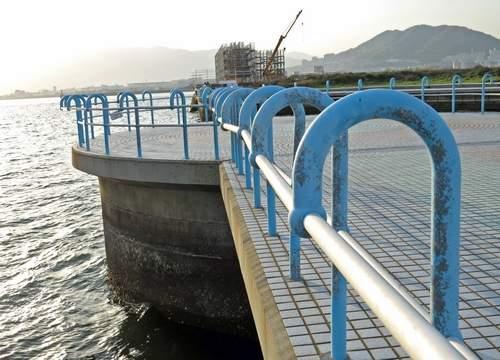 防波堤から広島湾を一望できる