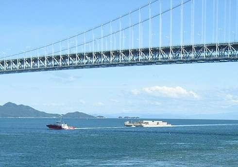 因島大橋の下を行き交う船