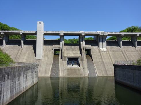 灰塚ダムと整備されたダム公園、ウォーキングやサイクリングも