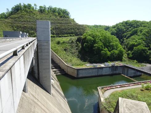 灰塚ダム 上から見た様子