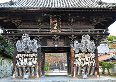 尾道 西國寺、2mの巨大ぞうりに健脚の願い