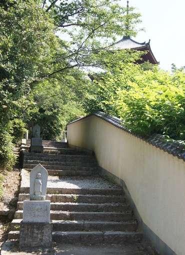 西国寺、三重塔へ向かう階段