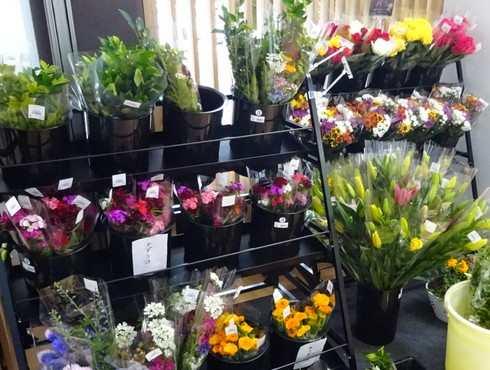 道の駅世羅、地元の切り花も