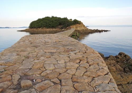 玉津島にのびる防波堤