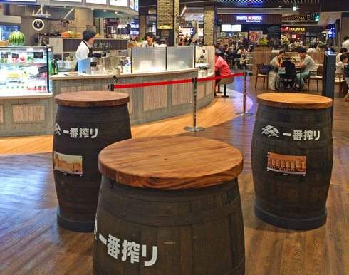 ロジダイニングの樽テーブル