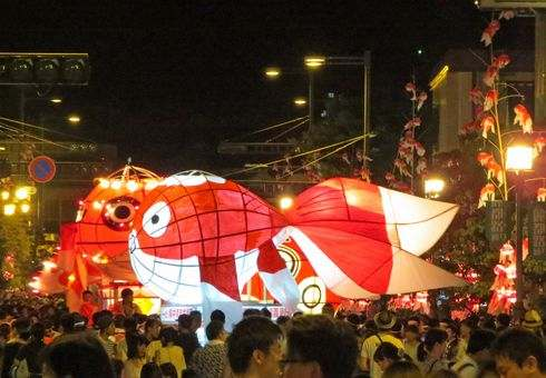 金魚ちょうちん祭り2016 柳井で開催、街中を泳ぐ4000の金魚に灯りがともる