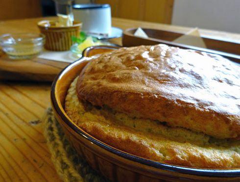 まなびやカフェ、森の中の小さな校舎で焼きたてスフレパンケーキ