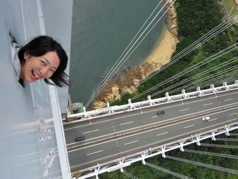 瀬戸大橋スカイツアーで塔頂から顔を出して記念撮影も