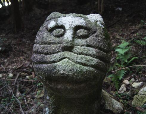 毘沙門堂 参道にあるネコ(虎)の石像2