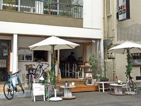 銀山ベース、川のほとりのカフェで音楽とボリュームごはん