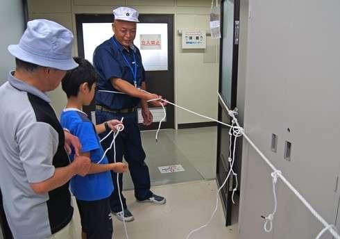 水産研究所でロープの結び方を学ぶ