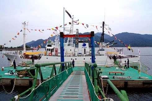 水産研究所の漁業調査船、しらふじ丸へ