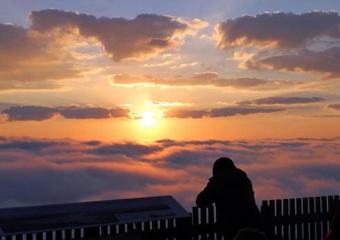 美しき三次の雲海、霧の海を染めるご来光