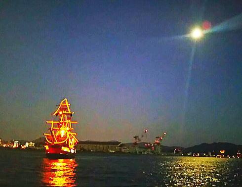 海賊船で花火クルーズ、マリーナホップイルミも海上から