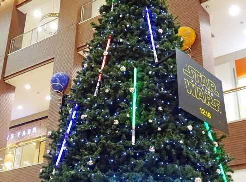 スターウォーズのクリスマスツリーに、ライトセーバー