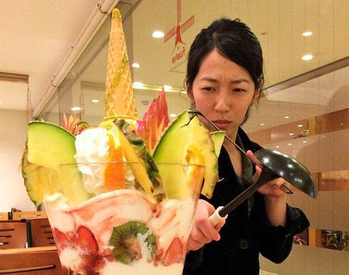 高さ30cmのドデカパフェ!広島風車名物ミラクルパフェに挑戦してみた