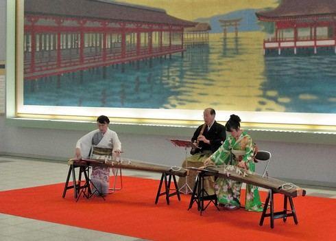 広島空港で新春ロビーコンサート、箏と尺八で日本のおもてなし