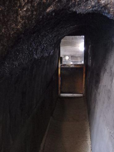 竹原の石風呂、小さな穴の道