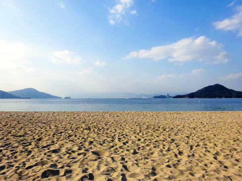 ベイサイドビーチ坂、街から近く多島美も楽しめる1200mの砂浜
