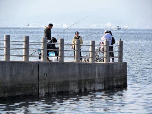 ベイサイドビーチ坂に釣り客