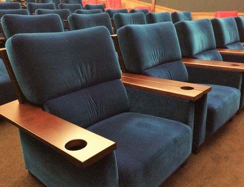 映画館 サロンシネマ、ゆったり幅広シートにリニューアル