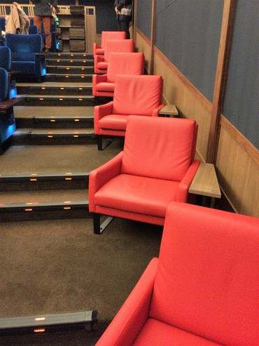 サロンシネマ2、通路側の1席シートはサロンシネマ1で使用の赤いシート