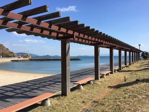 梶ヶ浜海水浴場、ベンチもズラリ