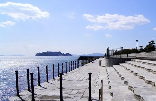 梶ヶ浜海水浴場の海沿いの道