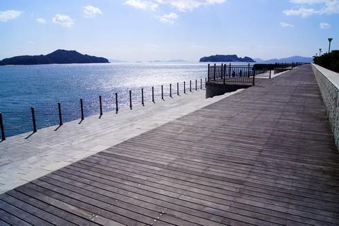 梶ヶ浜海水浴場のウッドデッキからの眺めが美しい