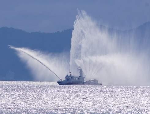 クァンタムオブザシーズの後方には消防艇も待機