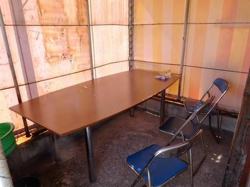 うどん自販機の横にあるテーブル
