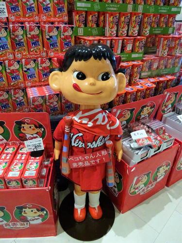 新幹線名店街にペコちゃん人形カープ女子バージョン