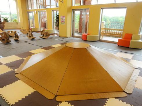 備北丘陵公園 ダンボール遊園地 ピラミッド型滑り台