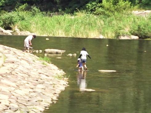河佐峡 川で遊ぶファミリー