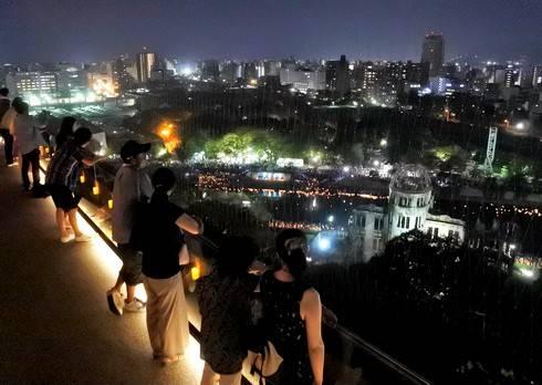 おりづるタワーから街を眺める人々