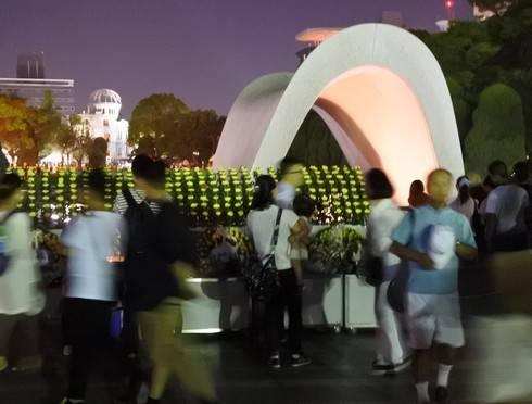 8月6日 夜になっても慰霊碑の前に行列が