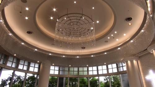 リーガロイヤルホテル広島のチャペル、天井はクリステル装飾に