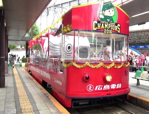 カープ優勝記念花電車、リーグ優勝を祝う路面電車が広島の街を走る