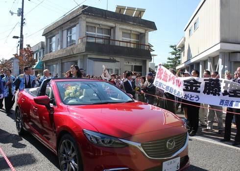 金藤理絵さん、マツダのオープンカーで登場
