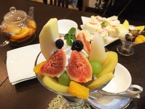 フルーツとカフェ メルシィ、旬の果物ゴロゴロ!たっぷり楽しめる隠れ家