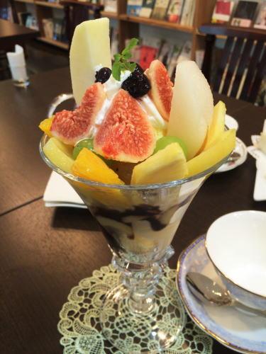 フルーツとカフェ メルシィ フルーツパフェ
