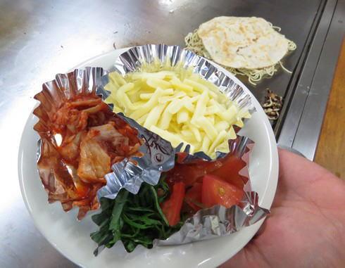 お好み焼きのトッピングにトマト、キムチ、大葉など