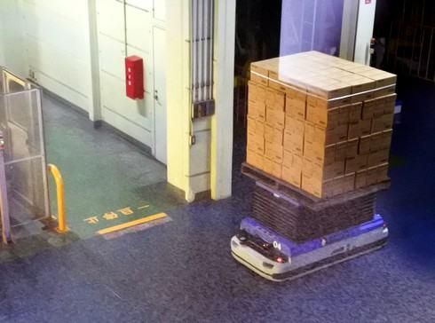 オタフクソース 工場見学、出荷場で働くロボットたち