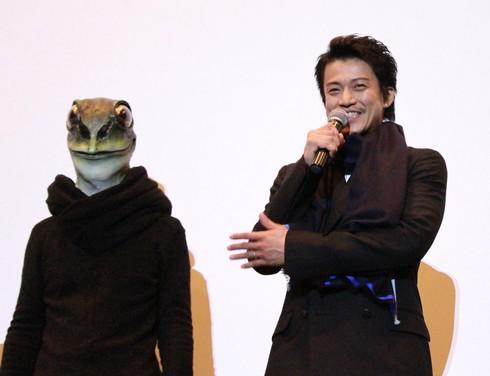 小栗旬、カエル男と 広島舞台挨拶