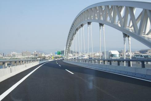 広島・太田川大橋 走っている様子