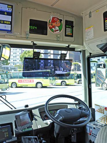 広島電鉄 カープラッピングバス、運転席の上にも